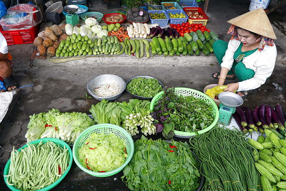 Vietnamese woman selling vegetables at market, Vung Tau, Vietnam, Indochina, Southeast Asia, Asia - 809-7643