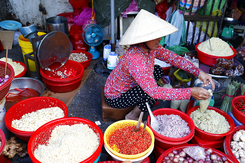 Vietnamese woman working at market, Ho Chi Minh City, Vietnam, Indochina, Southeast Asia, Asia