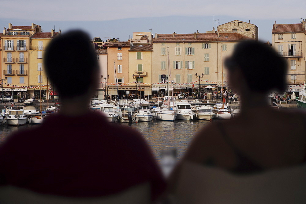 Couple in harbour side cafe bar, St. Tropez, Var, Provence, Cote d'Azur, French Riviera, France, Europe - 812-150