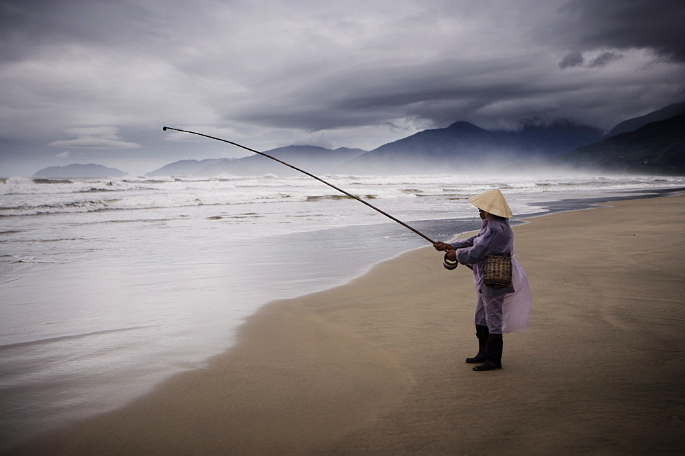 Beach fisherman, Vietnam, Indochina, Southeast Asia, Asia - 812-73