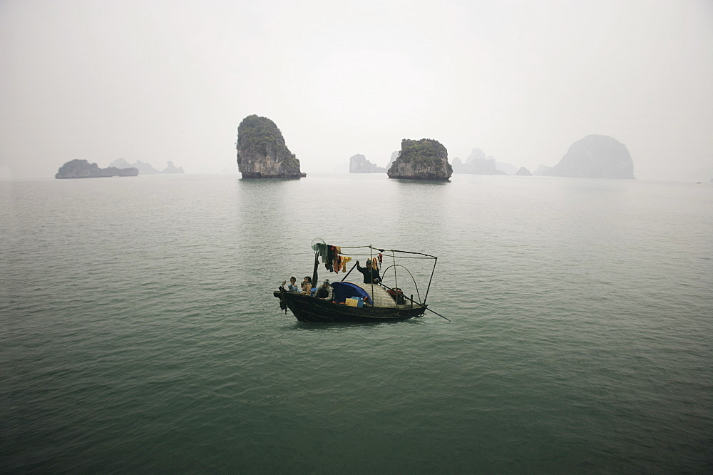 Family in fishing boat, Halong bay, Vietnam, Indochina, Southeast Asia, Asia - 812-74