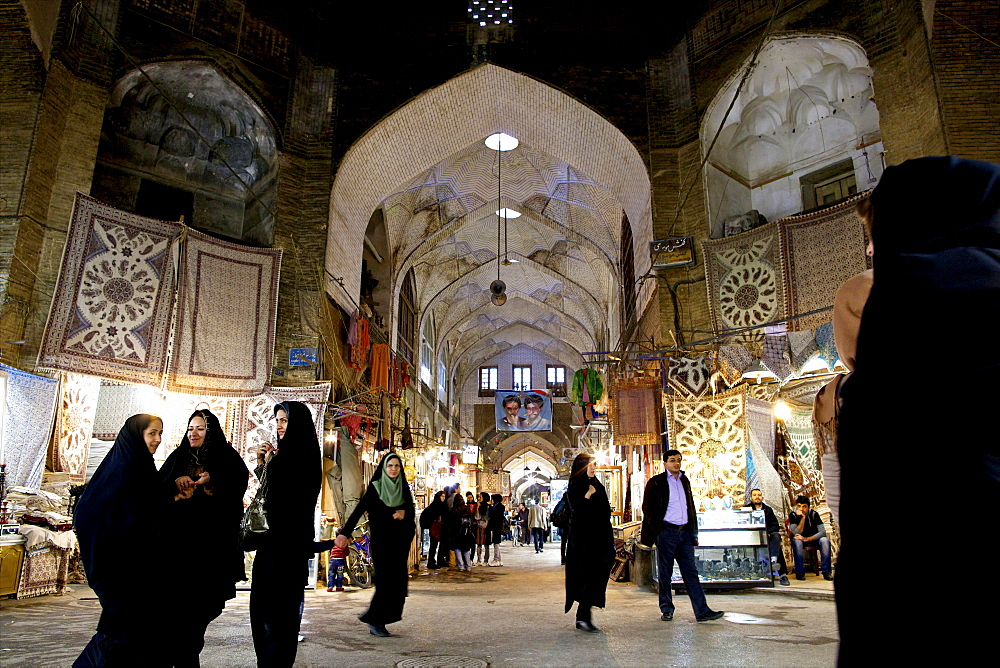 Inside the galleries of the Great Bazaar of Isfahan, Iran, Middle East - 814-1512