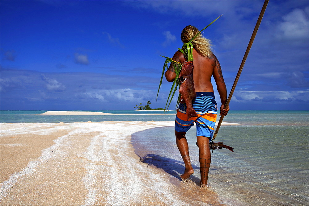 Fishing the traditional way with a harpoon, at the White Sands, Tetamanu Pass, Fakarava Island, Tuamotu archipelago, French Polynesia, Pacific - 814-1550