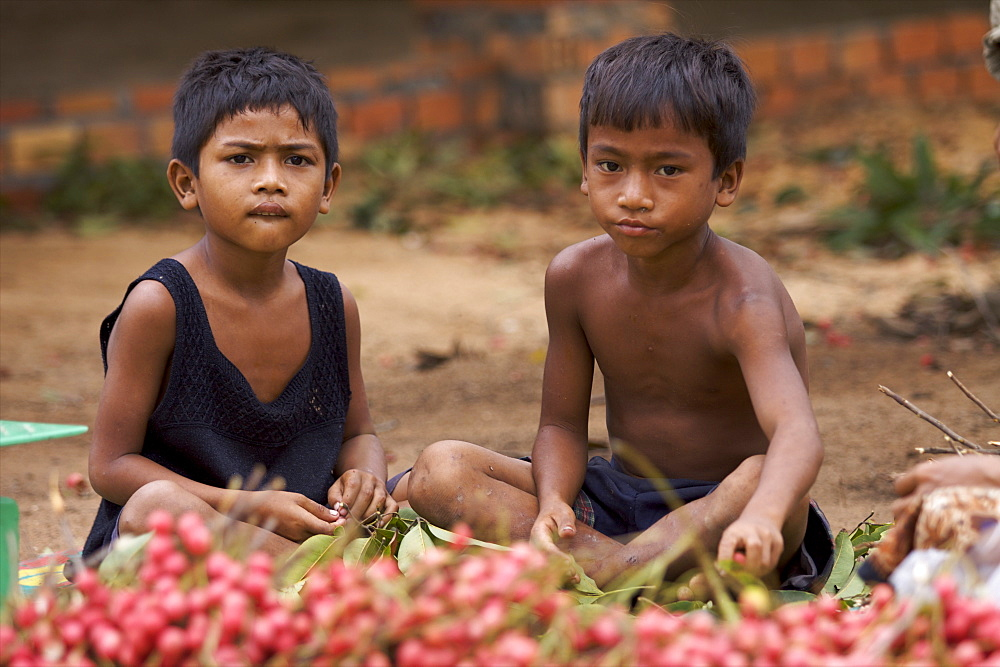 Children selling fruit, Siem Reap, Cambodia, Indochina, Southeast Asia, Asia