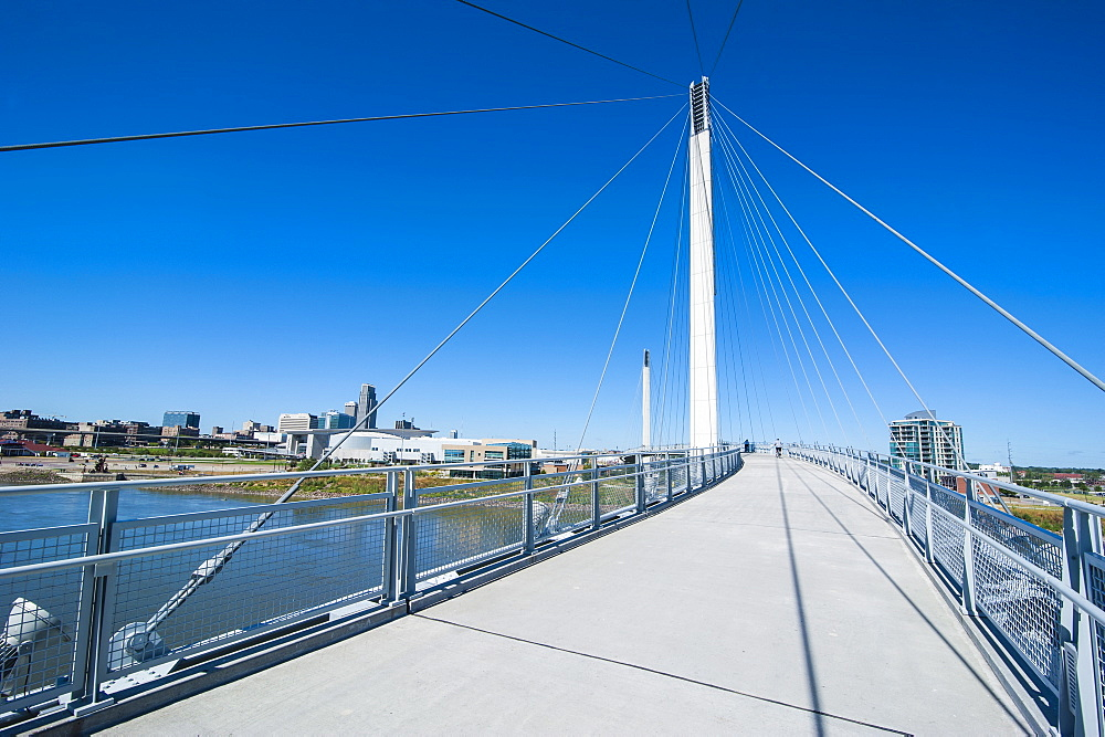 Bob Kerrey Pedestrian Bridge crossing the Missouri River from Nebraska to Iowa, Omaha, Nebraska, United States of America, North America