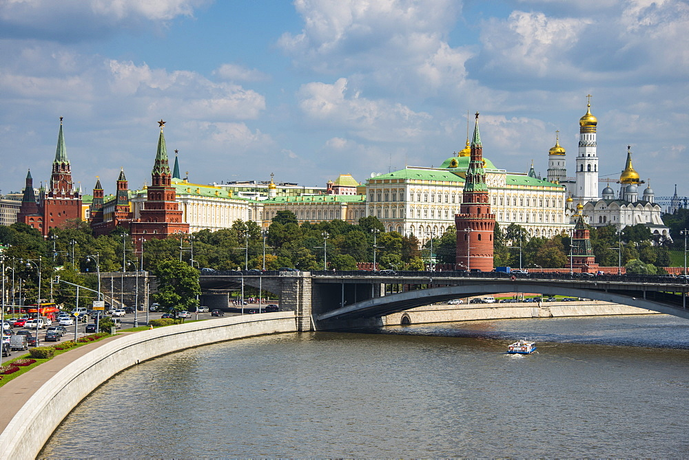 The Moskva River (Moscow River) and the Kremlin, UNESCO World Heritage Site, Moscow, Russia, Europe