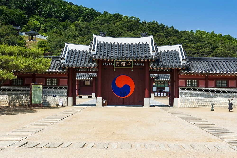 Entrance gate to the Hwaseong Haenggung Palace, UNESCO World Heritage Site, fortress of Suwon, South Korea, Asia