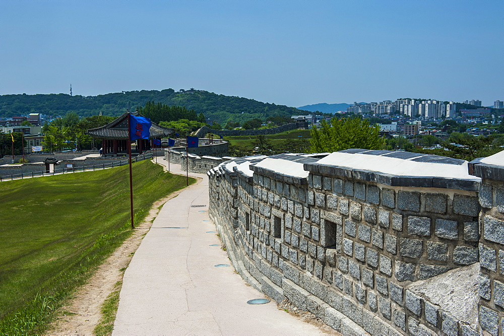 Huge stone walls around the fortress of Suwon, UNESCO World Heritage Site, South Korea, Asia