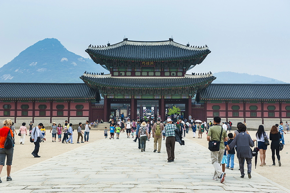 Tourists walking to the Gyeongbokgung Palace, Seoul, South Korea, Asia