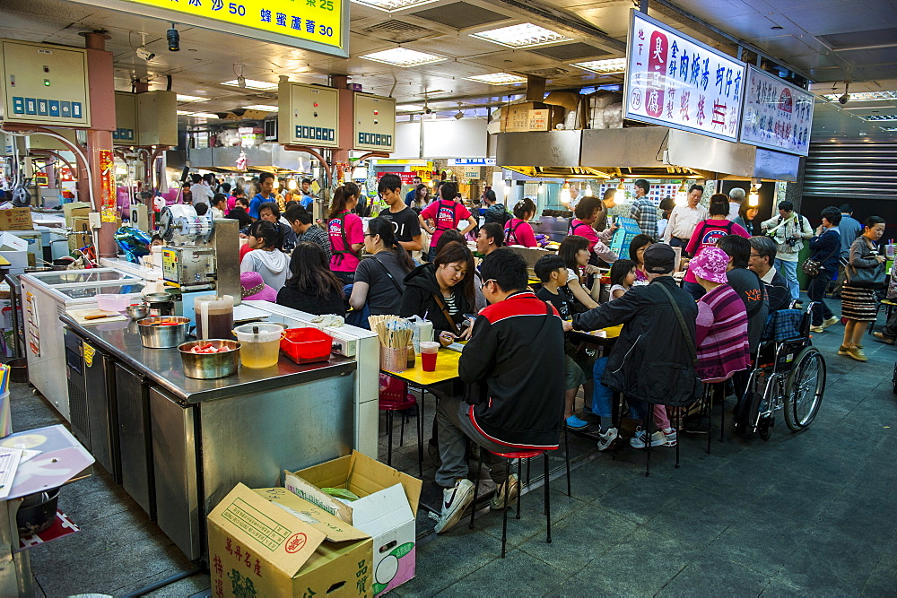 People eating at the Shilin Night Market, Taipei, Taiwan, Asia