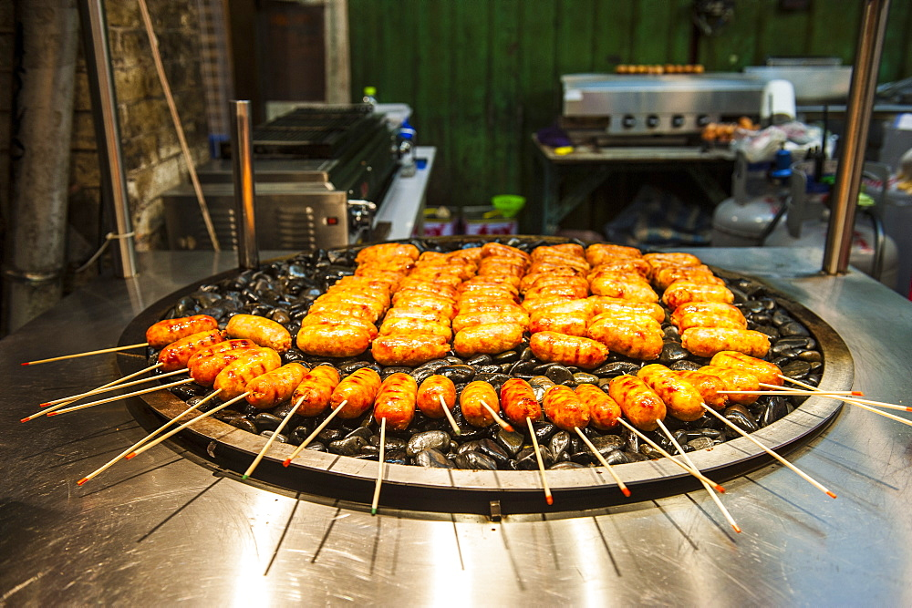 Fresh cooked food at the Shilin Night Market, Taipei, Taiwan, Asia