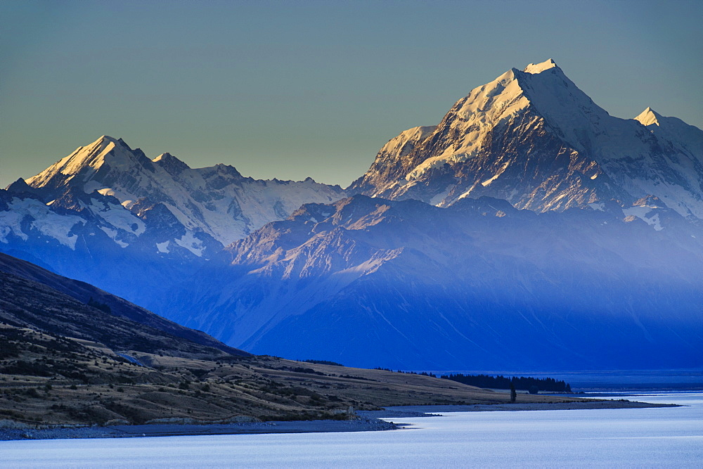 Lake Pukaki with Mount Cook in the background in late afternoon light, Mount Cook National Park, UNESCO World Heritage Site, South Island, New Zealand, Pacific