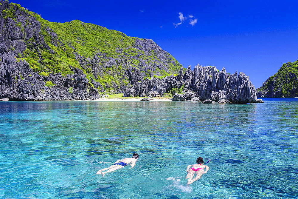 Tourists swimming in the crystal clear water in the Bacuit archipelago, Palawan, Philippines, Southeast Asia, Asia