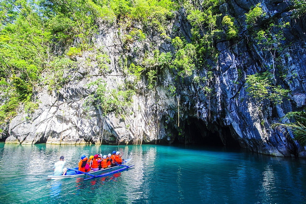 Tourists in a rowing boat entering the Puerto Princesa underground river, the New Wonder of the World, Puerto-Princesa Subterranean River National Park, UNESCO World Heritage Site, Palawan, Philippines, Southeast Asia, Asia