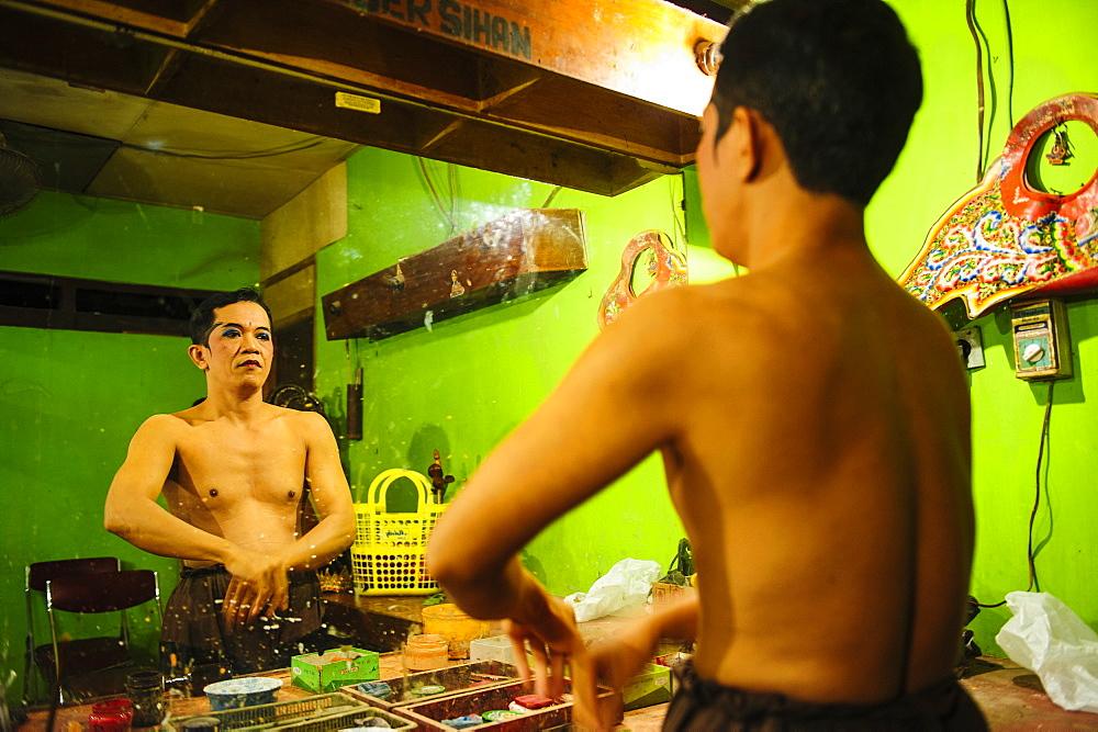 Male dancer preparing for a traditional Javanese dance, Yogyakarta, Java, Indonesia, Southeast Asia, Asia