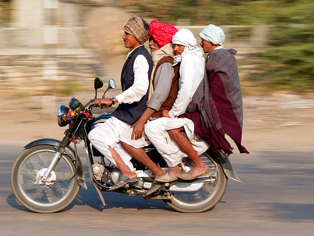 Travel en-masse by motorcycle, India