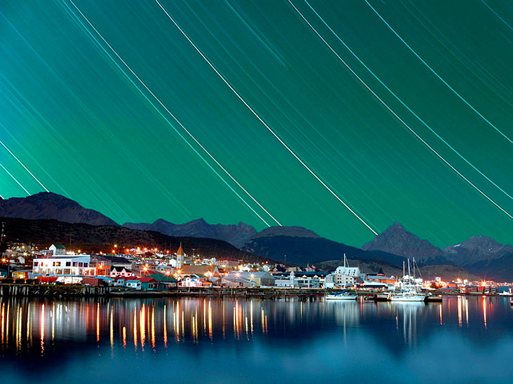 Argentina, Patagonia, Tierra del Fuego, The city of Ushuaia in the night - 817-113799