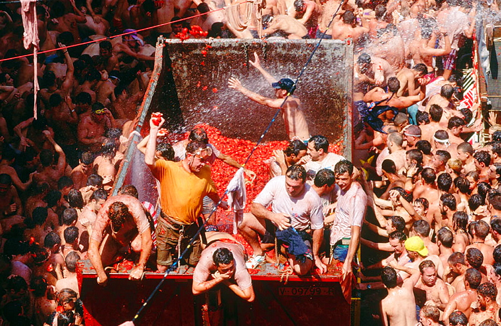 People throwing tomatoes at the La Tomatina festivsal