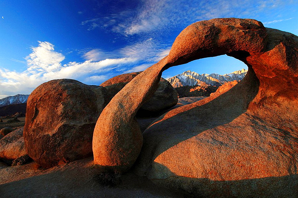 Mobius Arch, Lone Pine Peak, 12994, feet, Mt Whitney, 14497, feet, highest peak of lower 48, natural arch formed out of granit rock, sunrise, Alabama Hills, Sierra Nevada, Lone Pine, California, USA