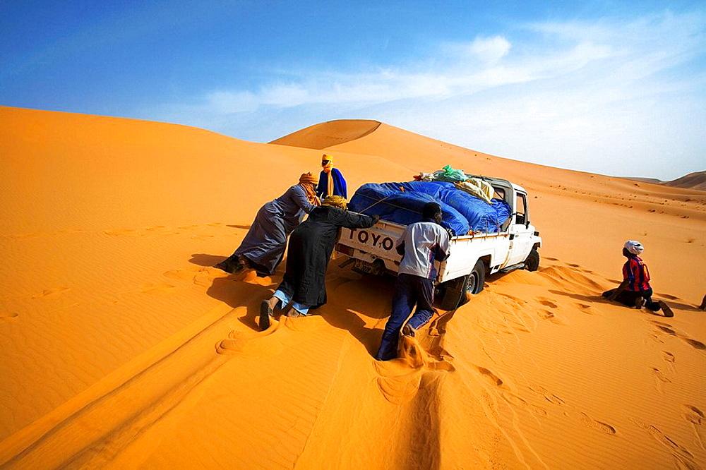 Dhan Murzuq, Getting stuck in sand dunes, Fezzan region, Sahara desert, Libia.