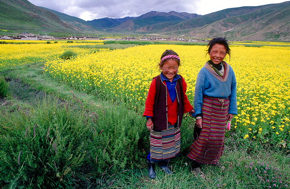 Children, Gyantse road, Lhasa, Tibet, China.