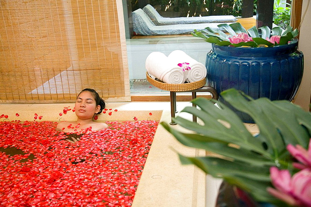 Thailand, Bangkok, bath with rose petals
