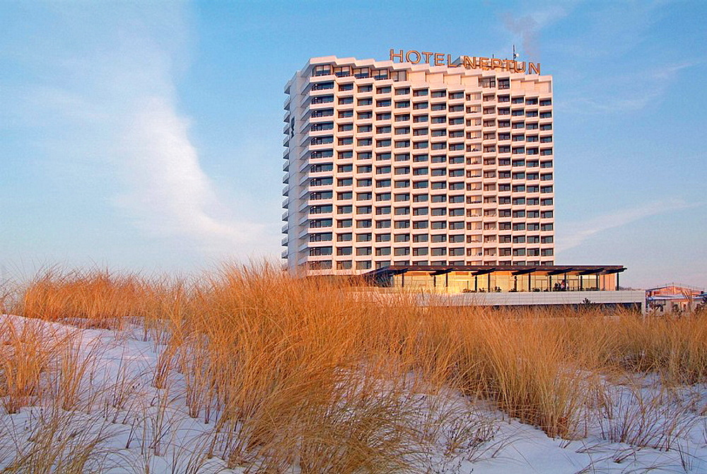 Germany, Mecklenburg-Western Pomerania, Warnemunde, Hotel Neptun in winter