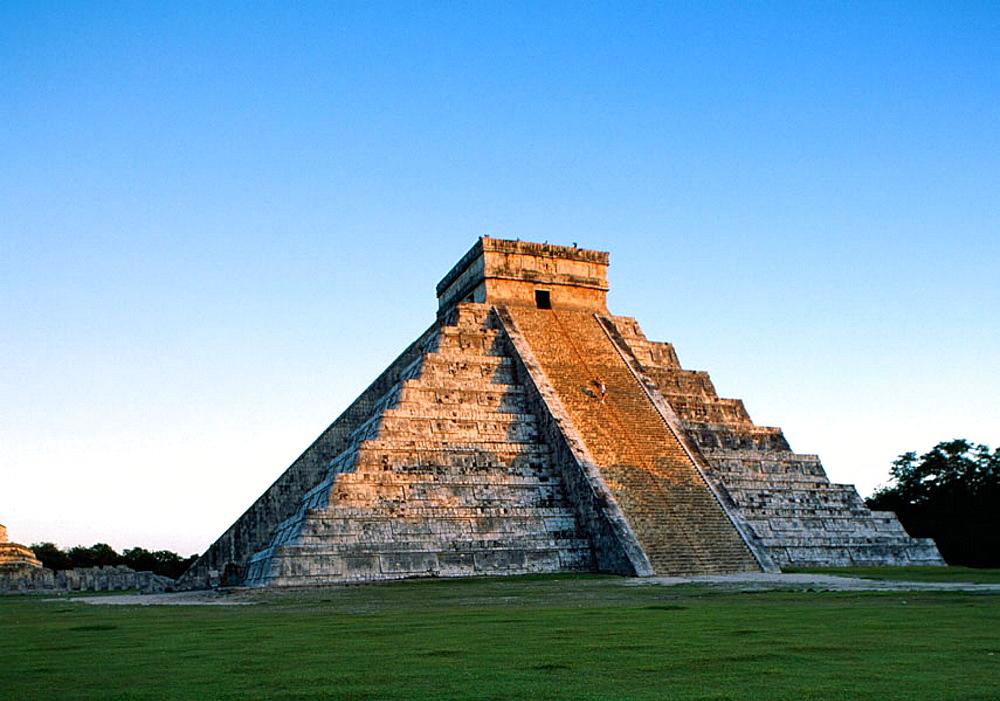 The Pyramid of Kukulcan (El Castillo) at the sunset (UNESCO World Heritage), Chichen Itza, Yucatan, Mexico.