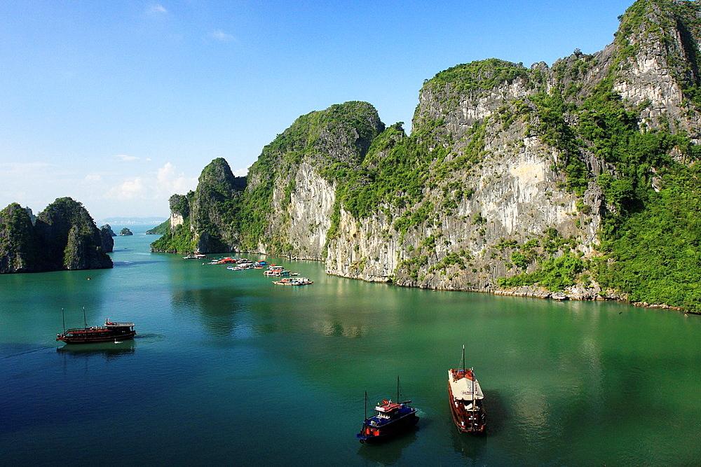 Vietnam, Halong Bay, a junk