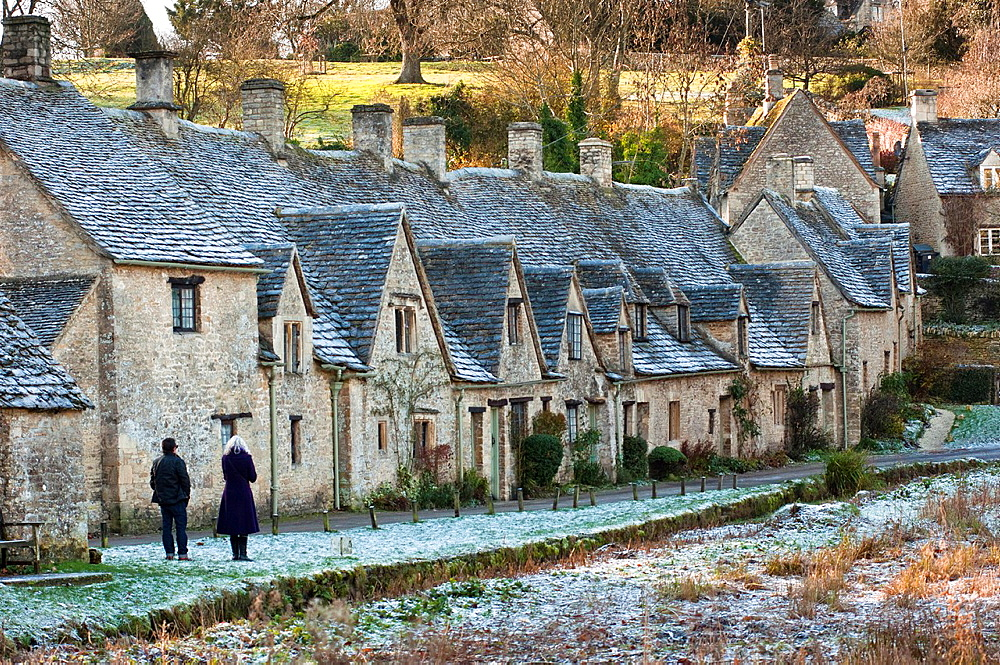 Arlington Row, 17th century weavers cottages, built in Cotswold stone, in the picturesque village of Bibury, Gloucestershire UK