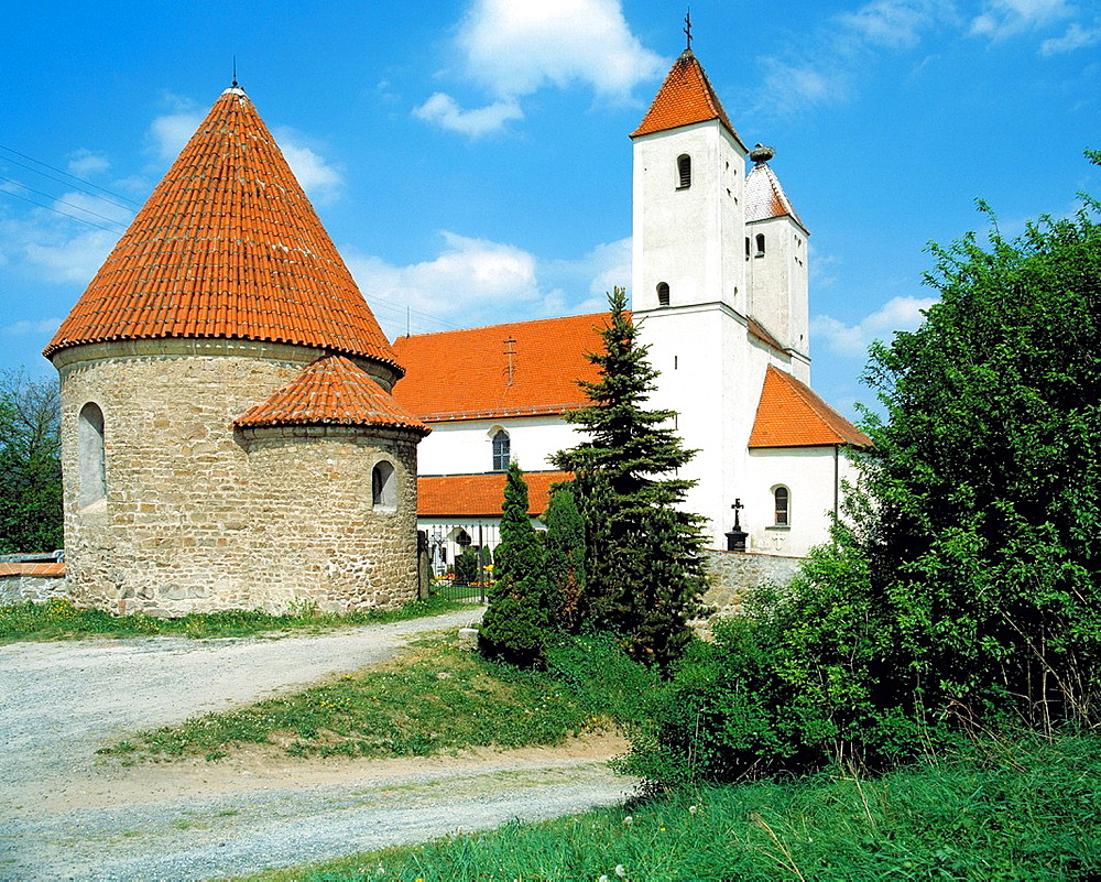 D-Nabburg, Naab, nature reserve Upper Palatinate Forest, Upper Palatinate, Bavaria, D-Nabburg-Perschen, parish church Saint Peter and Paul, basilica, fortified church, catholic church, Late Romanesque style, left before the cemetery chapel as ossuary and charnel house