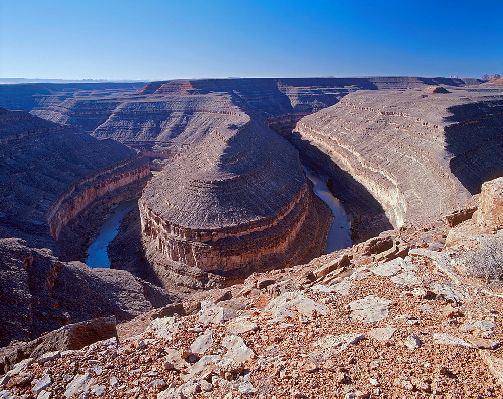 San Juan River has eroded through shale to form an extreme bend or gooseneck about 1500 feet deep, Goosenecks State Park, southeast Utah, USA