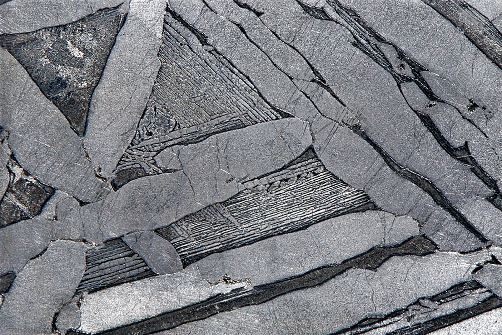 Seymchan stone iron meteorite;  classification: Pallasite;  habitat: Seymchan, Magadan, Russia,  62¬8 54'N, 152¬8 26'E;  age: ca 4,5 billions years;  Widmanstatten figures und Neumann lines
