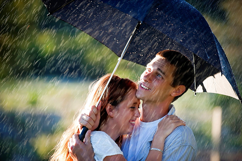 Couple in love in the rain - 817-325890