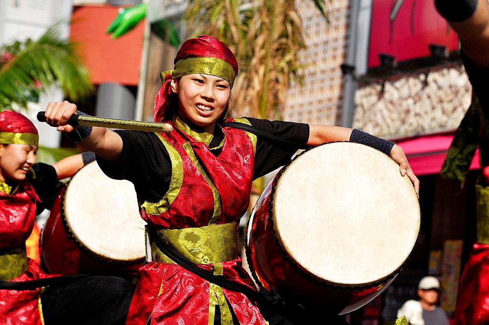 Japan, Naha, taiko drums show along Kokusai-dori