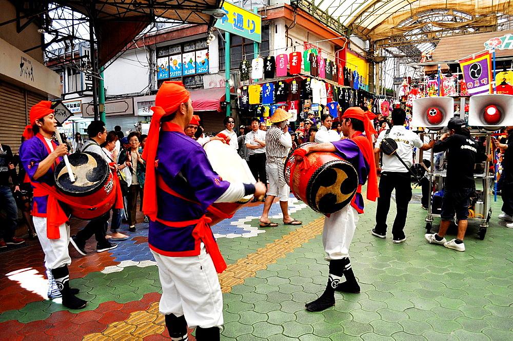 Japan, Naha, taiko drums show inside the shopping arcade along Kokusai-dori