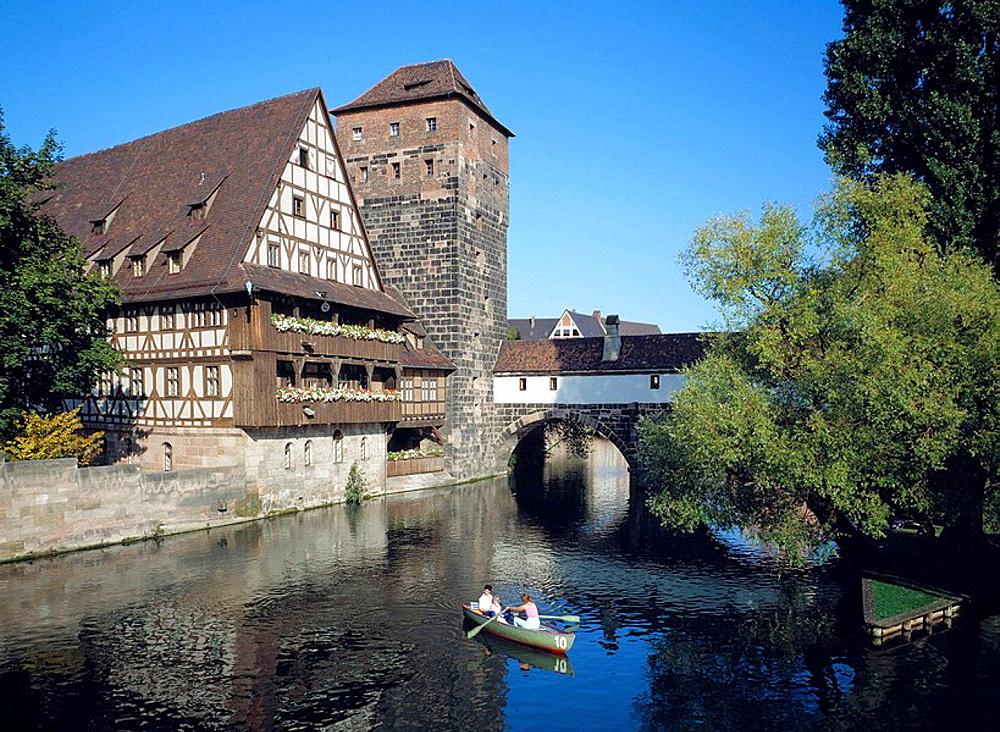 Germany, Nuremberg, Pegnitz, Main-Danube Canal, Franconia, Bavaria, Weinstadel, half-timbered, Henkersteg Bridge, bridge, boat trip on the Pegnitz river, rowing boat, tourists