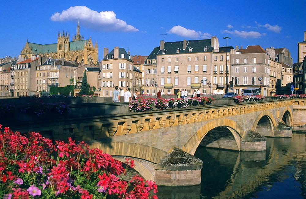 Moyen Pont bridge and St Etienen cathedral, Metz, Moselle, Lorraine region, France