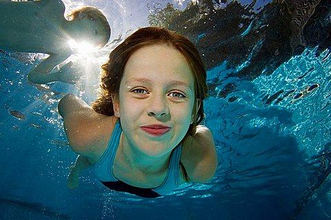 Girl underwater - 817-335444