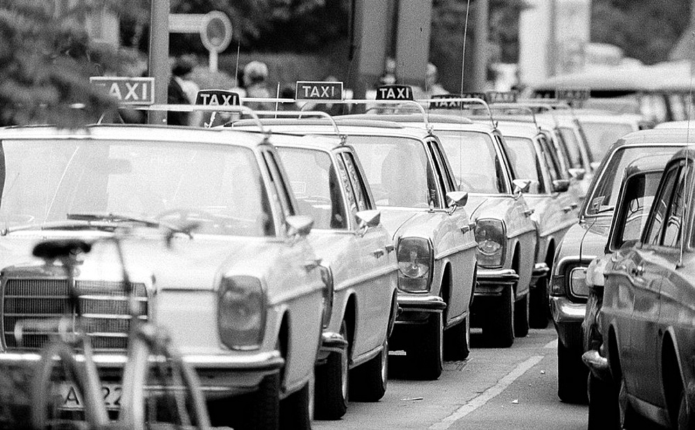 Siebziger Jahre, Schwarzweissfoto, Strassenverkehr, Taxistand mit vielen Taxen, Seventies, black and white photo, road traffic, cab stand with many cabsSeventies, black and white photo, road traffic, cab stand with many cabs
