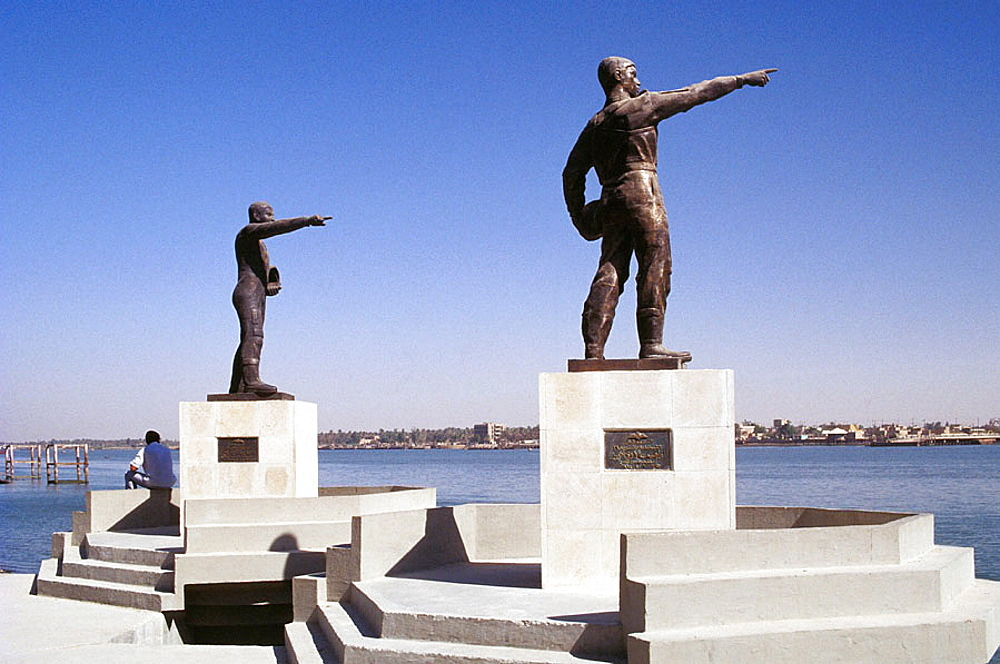 Sculptures (Irakian soldier pointing at Iranian ennemy), Shatt al-Arab canal, Basrah, South Irak
