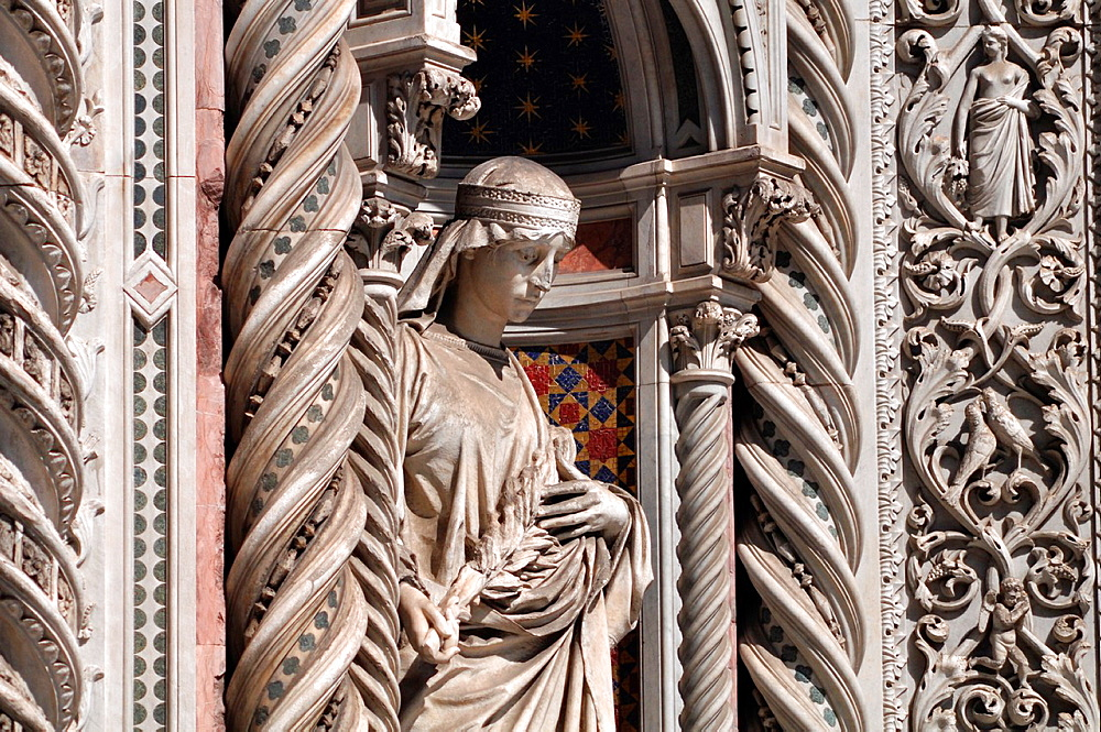 Italy, Firenze, statue on the facade of Santa Maria del Fiore's Cathedral