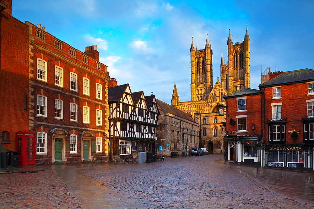 England, Lincolnshire, Lincoln  The historic Bailgate area and Lincoln Cathedral, in the UK city of Lincoln