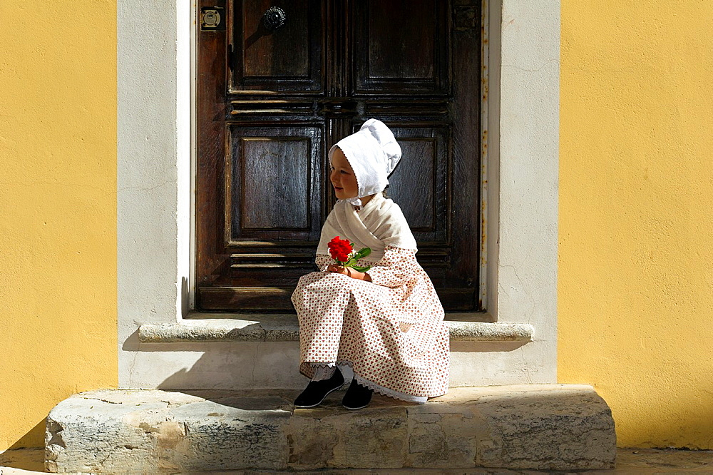 Europe, France, Var, 83, St  Tropez, the bravado, little girl in traditional costume Provençal