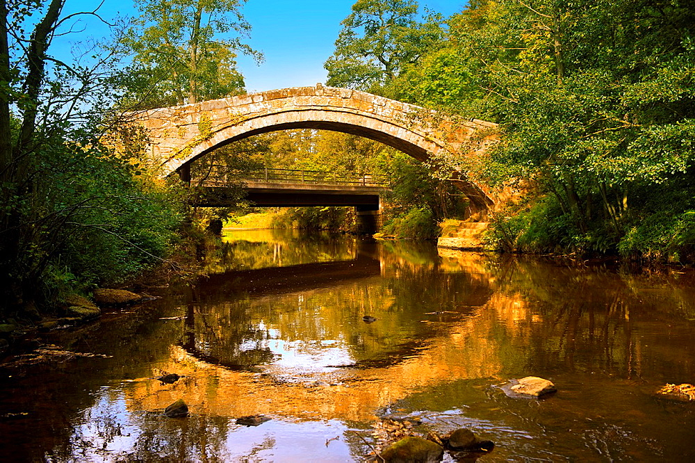 The narrow Beggars bridge 1620 built by Alderman Thomas Ferris as a memorial to his wife Agnes  North Yorks National Park, North Yorkshire, England