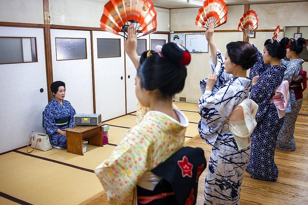 Geishas and ¥maikos¥ geisha apprentice in dance class  Geisha schoolKaburenjo of Miyagawacho Kyoto Kansai, Japan