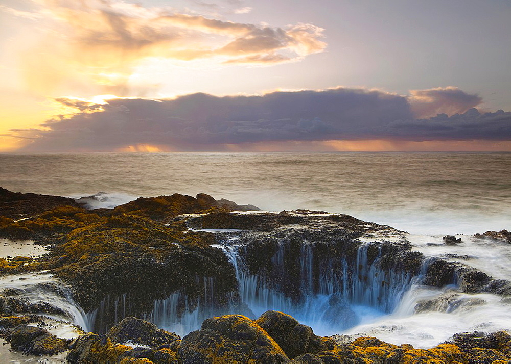 Thor¥s Well at Sunset, Cooks Chasm, Cape Perpetua, Oregon, USA