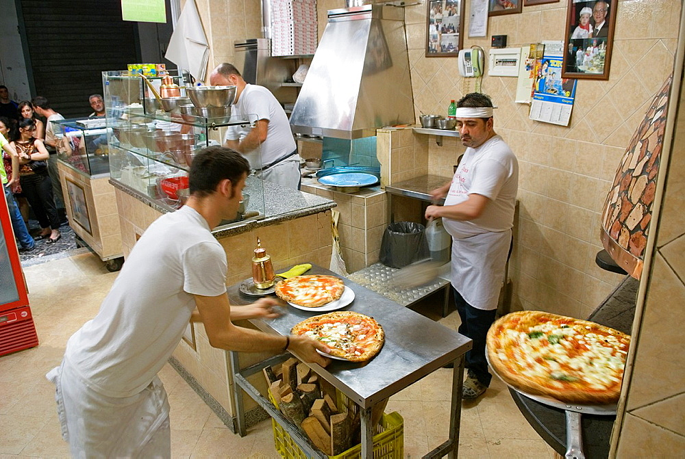 Il pizzaiolo del Presidente, pizzeria in Via Tribunali, Naples, Campania region, southern Italy, Europe