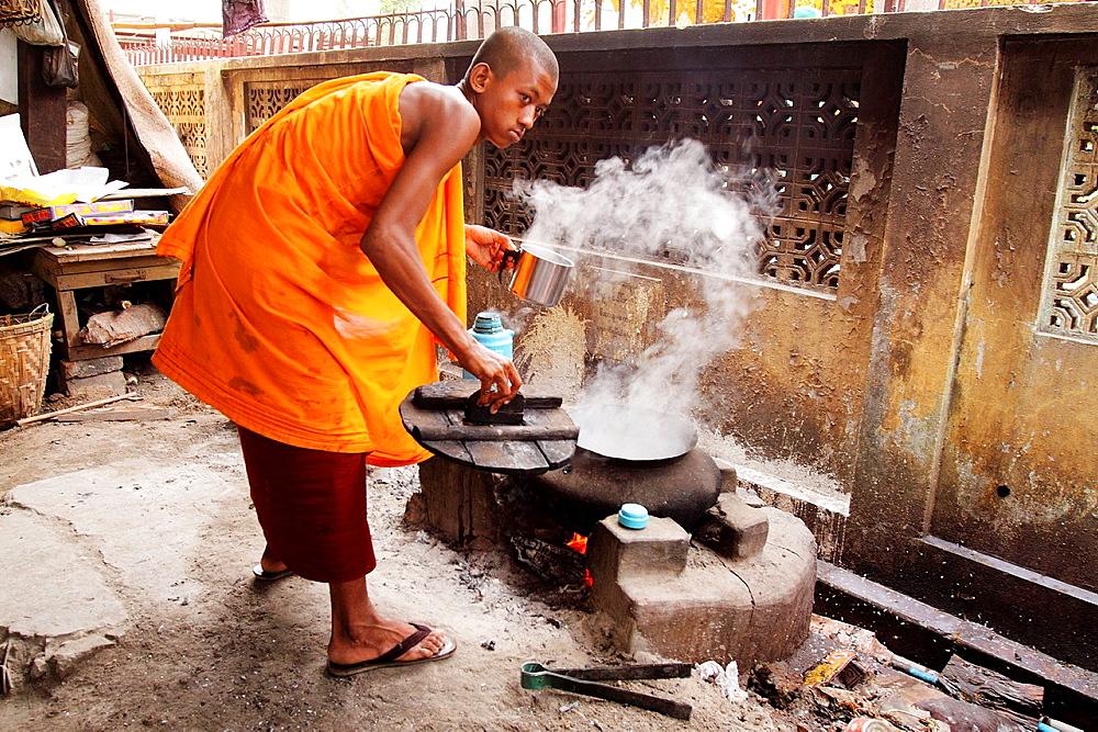 Monk at work boiling water, Burmaan novice, Myanmar, Burmaa, Asia