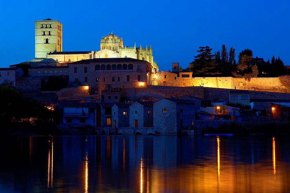 Zamora, Romanesque cathedral S XII, Douro river at Dusk, Via de la Plata, Zamora province, Castilla y Len, Spain, Europe